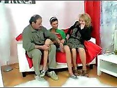 Grillige trollop met een goddelijke sarah 's zadeltas neemt op een oud echtpaar