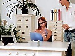 Boss chaud Susan de Melo foufoune lécher et le baisée par son employé