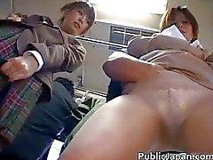 Aziatische babe heeft openbare masturbatie