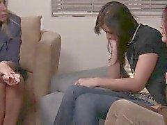 Iäkkäämpi lesbo liittyvät korva nuorempi tyttö