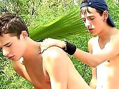 Sinvergüenzas chicos follando por el bosque