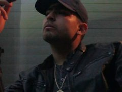 Rauchen Macanudo Maduro Zigarre in der Lederjacke Hat Rainy Las Vegas Nacht