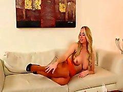Mooie blondie babe in sexy kousen