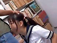 Brunette Aziatische mond fucked hard in schoolbibliotheek