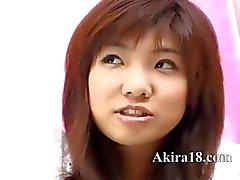 vloeiend Japans meisje plagen zichzelf