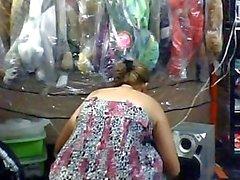 Vendedora la Muestra en La tetas en tienda