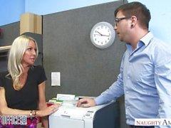 MILF Emma Starrin viettelee hänen coworker - tuhma Toimistolaitteet - tuhma Amerikan