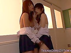 lesbianas colegiala japonesa hacen espera de la sesión