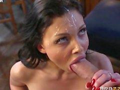 Aletta Ocean nahm eine riesige Ladung Sperma alle gegenüber ihr hübsches Gesicht