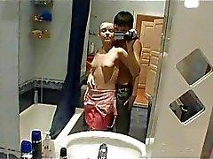 Sexo obsceno en el baño con adolescentes