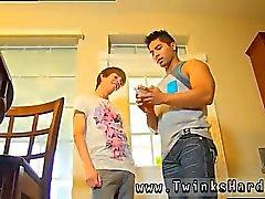 Jóvenes adolescentes de la escuela follando y besando gay