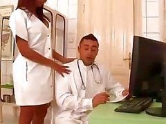 Klinische Threesome - Arzt schlägt die Hintertür in!