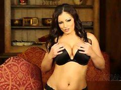 Aria Giovanni funktioniert eine Striptease spreizt dann ihre vollbehaarte Fotze