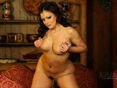 Aria Juan sí un striptease luego se extiende exhibir su coño peludo