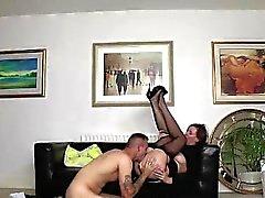 Maduras británica en las medias toma corrida del joven semental