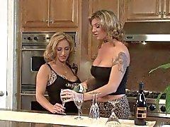 Trio de lesbianas en al encimera de la cocina