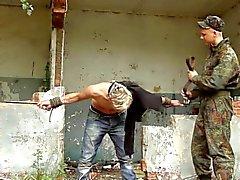 De BDSM do menino acorrentada é batida , dominado bonito pitos