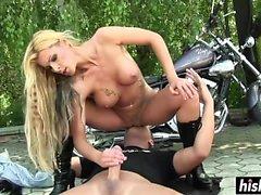 Biker girl foi perfurada ao ar livre rápido