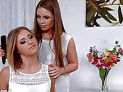 Flor de la flor de sáfica erótica sensual lesbianas porno erótico con Aria Logan y Alessandra Jane