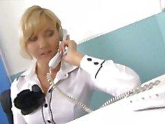 Sexy milf kantoor draagt jizz op haar gezicht