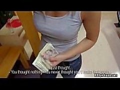 HOT busty brunette étudiant est payé pour le sexe tout en montant le train 08