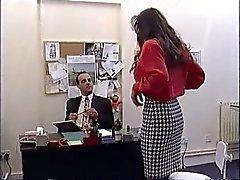 Britse MILF Nici Stirling wordt geneukt in het kantoor