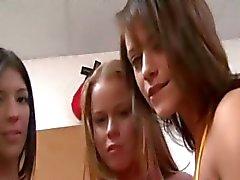 Jovens estudantes amorosos em festa de faculdade