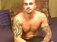 Getatoeëerd en gespierd gay hunk pronkt met zijn getatoeëerde lichaam