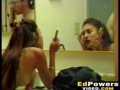 Thai babe Malina perseestä kylpyhuoneessa, kun hän laittaa make up