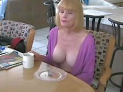 Mamá gode una colazione