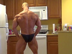 Brandon posando en la cocina