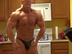 Брэндон позирует в кухне