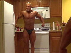 Brandon Posing in der Küche