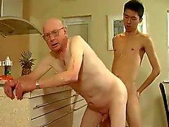 Grandpa y un hombre joven que