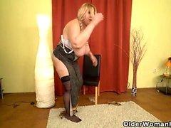 Euro BBW Dita trabaja su coño con los dedos y consolador