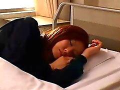 Enfermeira asiática impertinente menina brincando até esguichar