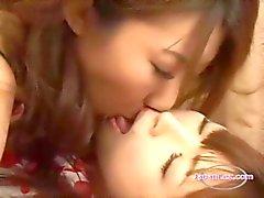 Busty Aasian tyttö nuolaisi ja nuolee hänen tyttöystävä pillua sängyllä