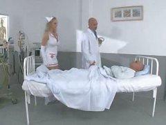Подростков Медсестра Манди трахается ее пациентов