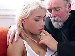 Hijo Blonde de Tania sorprendida por la fuerza sexual el anciano