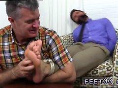 Гей мальчика раздавливания ног поклонения Чейза Лашанс связанный кляпом во рту &