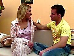 Ado belle-soeur allemand obtenir baisé lorsque les parents pas à la maison