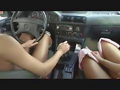 2 damer på McDonalds parkeringsområden av snahbrandy