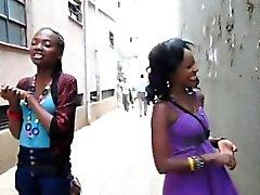 Black hotties compartir jugoso beso antes de tener sexo lesbiana