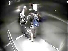 paar gevangen in de lift