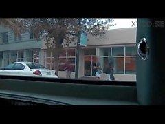 Un par de chicas Brazzers conducir alrededor en una limusina y charlar mientras folla
