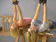 Twee blondjes wakker in pakhuis voor bdsm roleplay