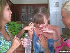 Capri de Anderson se comparte por polluelos de dos Lesbian