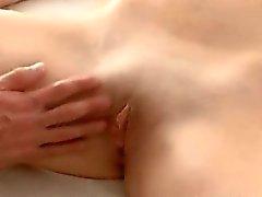 brunette coquine chaude asiatique envoie des signaux