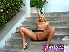 Aaliyah a l'amour Lusty la fille Affiche son twat chaud