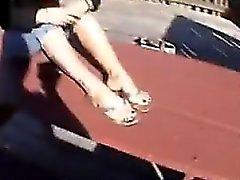 Зрелые женщины показывает свою Стопы и ступни